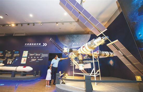 """4月24日,在海南省博物馆,市民观看""""扬帆起航 逐梦九天""""中国航天科技成果展。海南日报记者 袁琛 摄"""