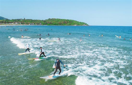 万宁日月湾,冲浪客在享受假日时光。袁琛 摄