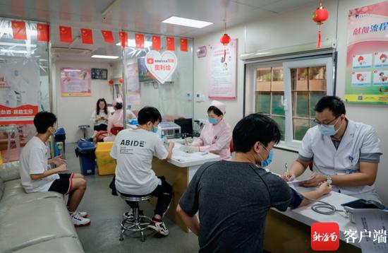 10月29日上午,海口明珠广场献血屋迎来了一批特殊的志愿者,海南经贸职业技术学院的30名学生集体前来献血,只为挽救20岁万宁小伙儿盘兴龙的生命。记者 李昊 摄