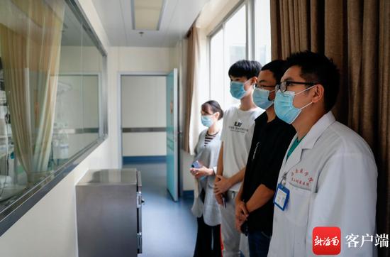 10月29日上午,何雨明和盘兴龙的室友在医生的陪同下,在病房外看到了他们牵挂着的同学。记者 李昊 摄