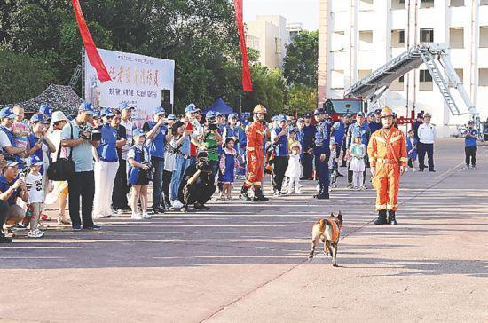 新闻工作者及其家属观摩搜救犬搜救表演。邱肖帅 摄