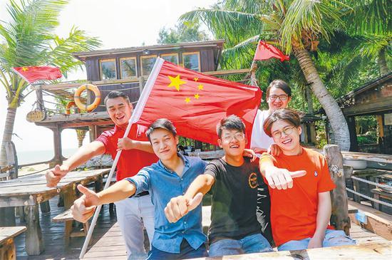 """在琼海市潭门镇""""无所·归止""""民宿,游客们在享受国庆假期。海南日报记者 陈元才 摄"""