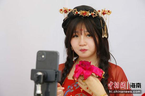 一名网络主播在试吃火龙果 记者王晓斌摄