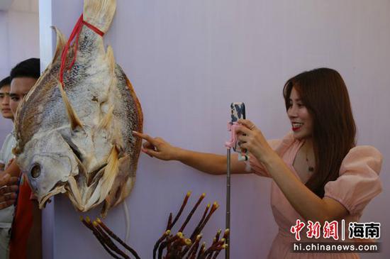 网络主播在介绍市县农产品 记者王晓斌摄