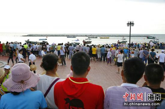 民众里三层外三层观看龙舟赛 记者王晓斌摄