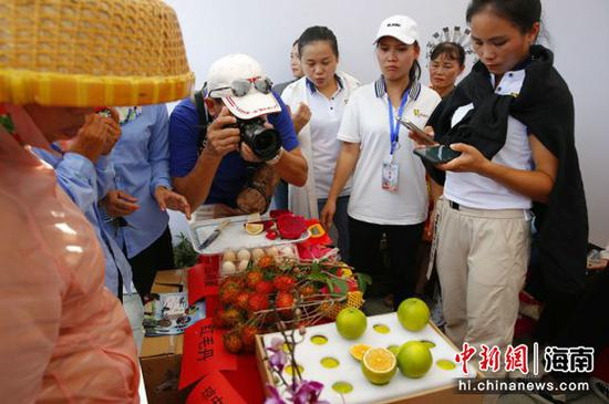 市县农产品引起围观 记者王晓斌摄