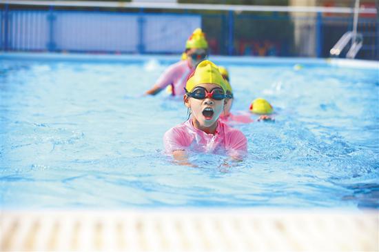 琼中普及中小学生游泳教育 建专兼结合游泳师资队