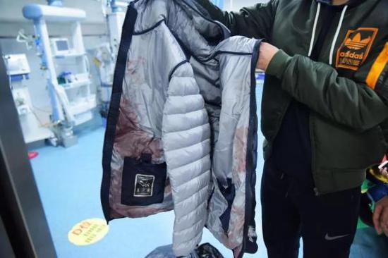刘彦遇刺后被血染红的衣服。来源:重庆市司法局微信公众号