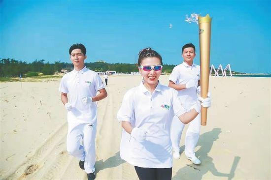 图为奥运冠军何可欣在启动仪式上传递火炬。记者 林书喜 通讯员 陈家漠 摄
