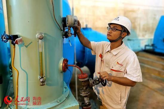 南尧河水电站电气专工梁祺正在工作中 吴涛 摄