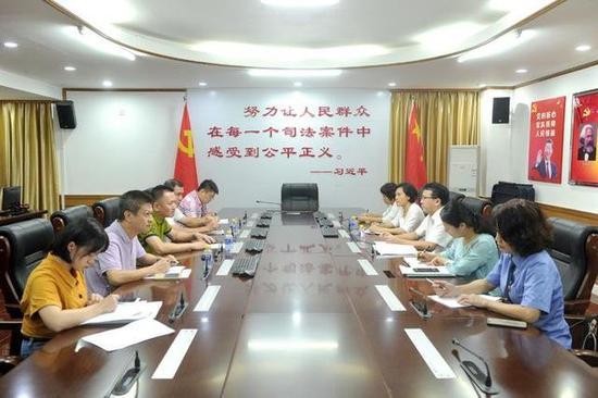 涉嫌非法经营、敲诈勒索…龙华区法院开庭审理一宗16人涉恶势力犯罪集团案