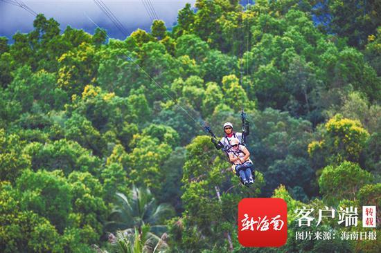 游客在红角岭国际滑翔伞飞行营体验滑翔伞。海南日报记者 封烁 摄