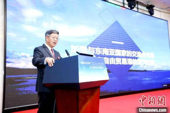 中国(海南)改革发展研究院、中国特色自由贸易港研究院院长迟福林在开幕式作主旨演讲。 王志顺 摄