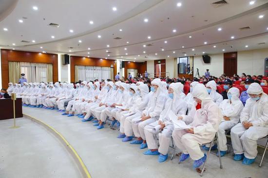 三亚中院组成七人合议庭公开开庭审理刘某鸯等49人涉黑案