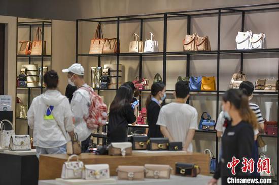 游客在海口日月广场免税店选购免税商品。 中新社记者 骆云飞 摄
