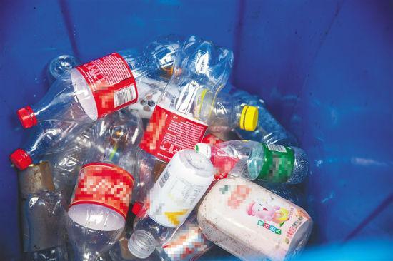 經過分類丟棄和回收的塑料空瓶,瓶身可制成樹脂原料。