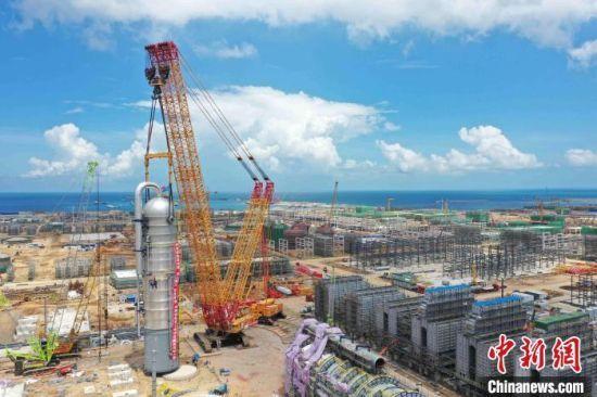 海南炼化百万吨乙烯项目乙烯装置急冷水塔。林鸿冠 摄
