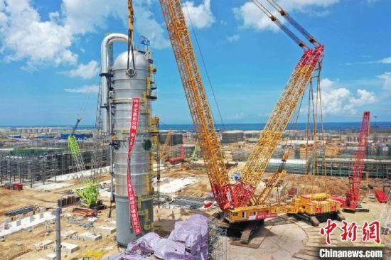 重达1141.1吨的乙烯装置急冷水塔正在吊装中。 林鸿冠 摄