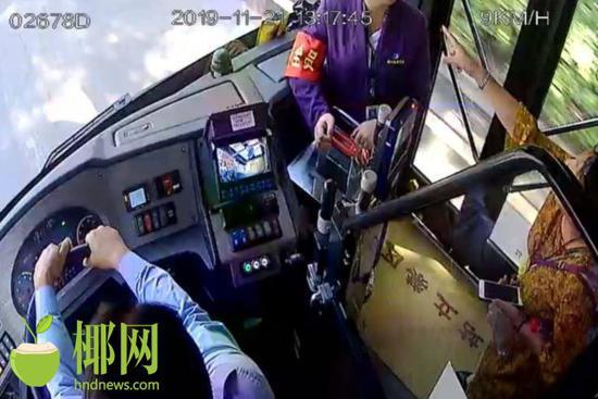 海口一女乘客因2元车费辱骂乘务