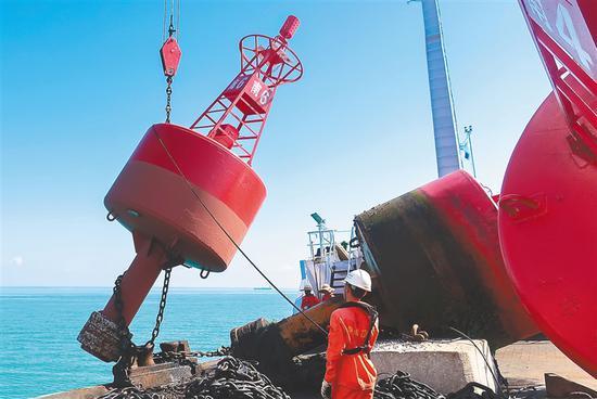 琼州海峡59座灯浮标完成保养