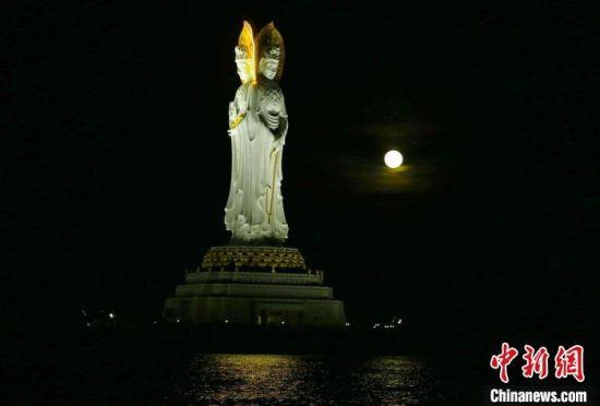 中秋夜,三亚南山文化旅游区海平面升起一轮明月,与海上观音相互辉映。 陈文武 摄