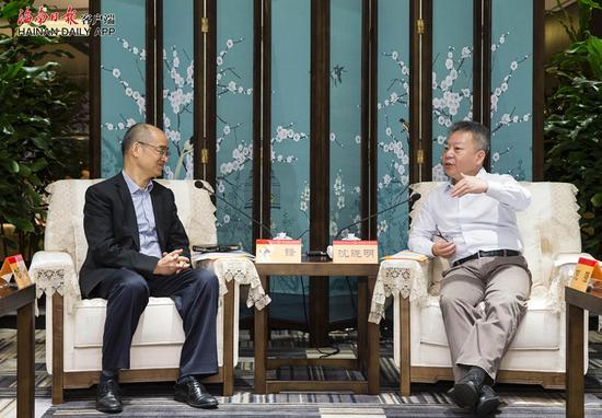 ↑2018年12月5日上午,省长沈晓明在海口会见了美国霍尼韦尔大中华区总裁余锋。海南日报记者 宋国强 摄