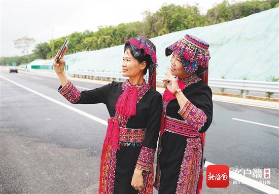 3月26日,在山海高速通车仪式结束后,保亭响水镇毛真村的村民自拍留念。本报记者 李天平 摄