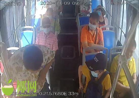 市民乘车手机被盗海口公交司机狂追百米夺回
