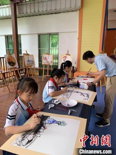 海口市滨海第九小学在校本课程开发过程中融入传统文化,开设水墨画校本课程。 学校供图
