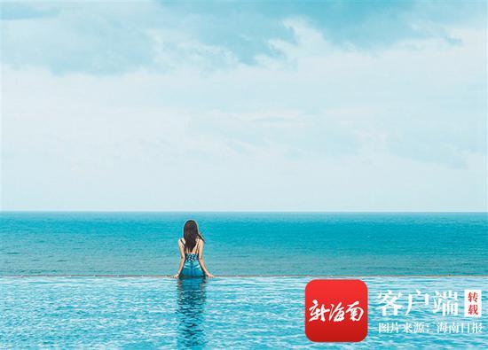 游客在酒店无边泳池拍照打卡。(海棠湾威斯汀酒店供图)