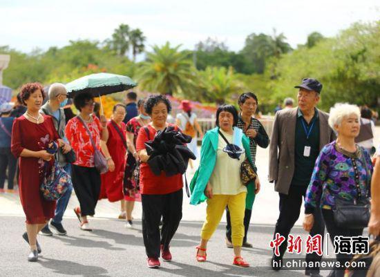 11月11日,中老年游客在三亚南山文化旅游区游览。 陈文武摄