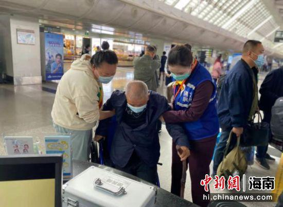 """三亚机场开设""""无健康码通道"""" 多举措服务老年旅客"""