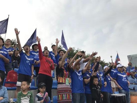 海南富力带领球迷们在现场加油呐喊