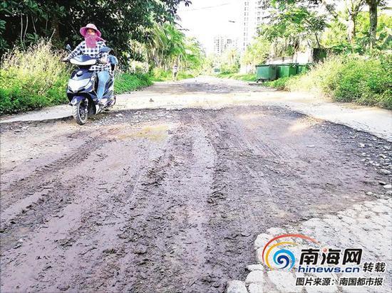 博鳌沿海路部分路面破损状况。