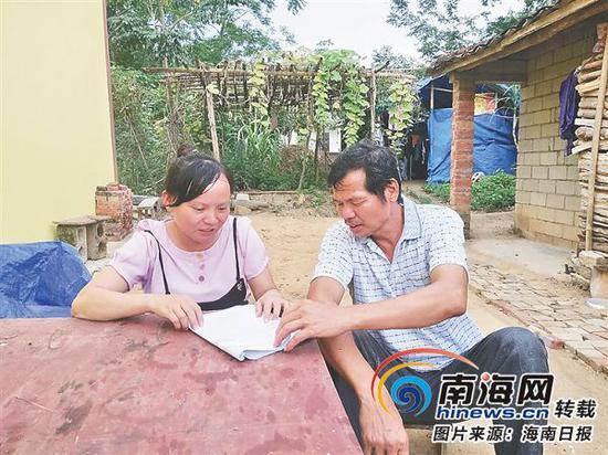 邓海花(左)在走访贫困户。图片由受访者提供