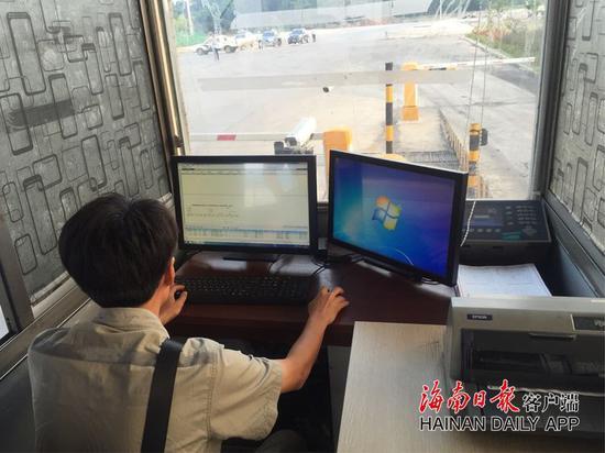 执法人员在查看企业货车过磅电脑记录