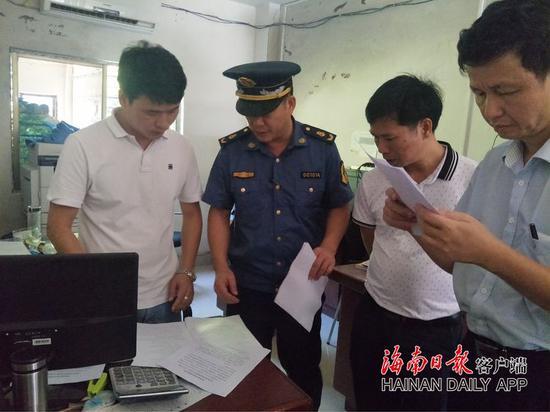 执法人员检查货运源头企业出站货车装载记录