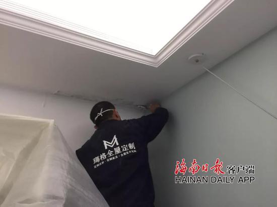 商家对钟女士的房屋吊顶进行铲除涂料以便安装进去柜子 受访者供图