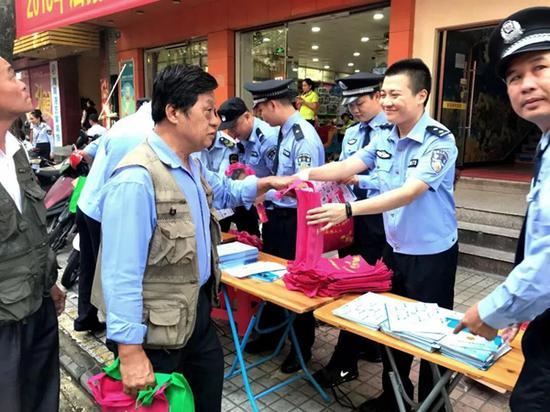 张晖到辖区参加普法宣传(警方供图)