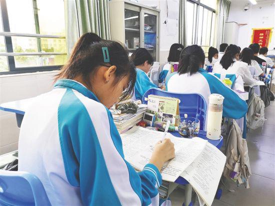 海南中学高三学生备战高考。通讯员 陈星萍 摄