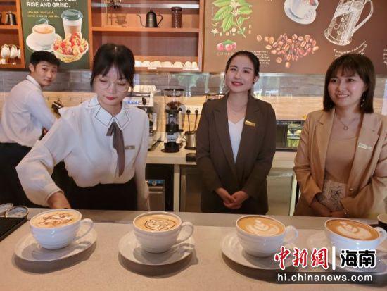 学生们的咖啡拉花作品。记者王晓斌摄