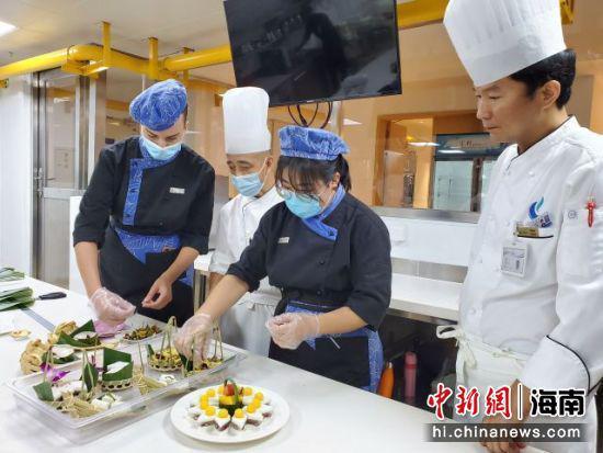 在老师指导下学生们在制作甜点。 记者王晓斌摄