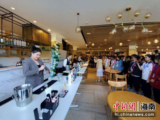 三亚中瑞酒店管理职业学院职业教育活动周现场。记者王晓斌摄