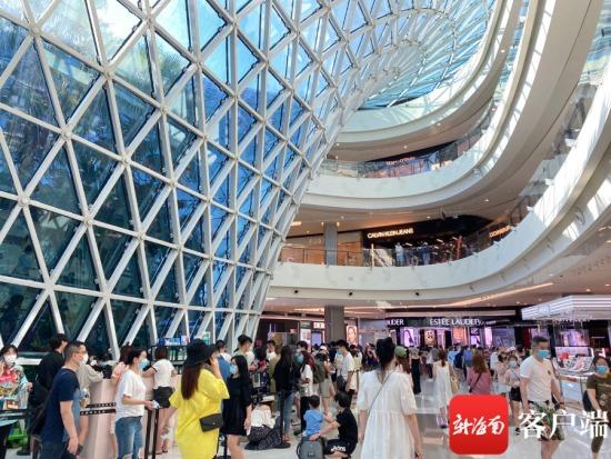 游客在免税城采购商品。三亚国际免税城供图