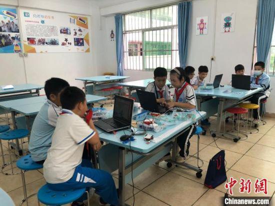 学生在进行电脑技术学习。 学校供图