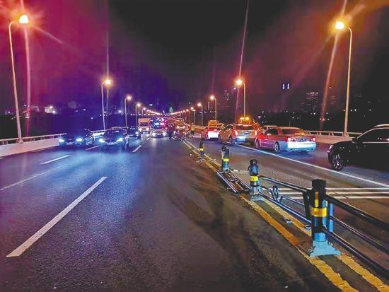 9月9日晚,海口世纪大桥交通事故现场。 海口市公安局交警支队供图