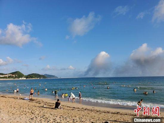 中秋假期在三亚海边游玩的市民旅客。 王晓斌 摄