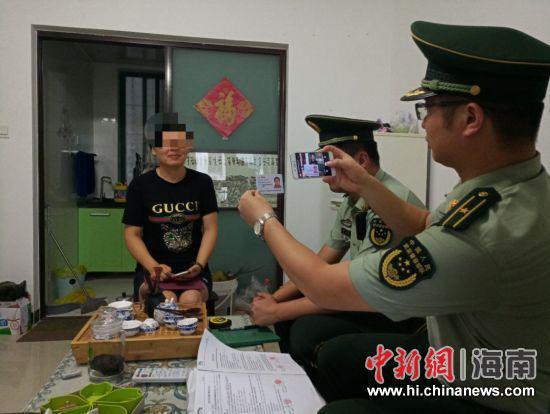 图为民警上门核查照片。警方供图