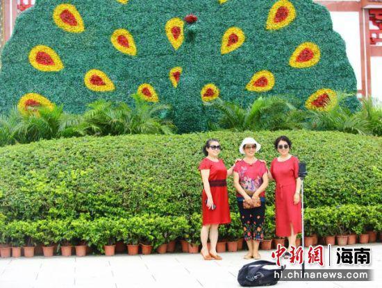 11月11日,中老年游客在三亚南山文化旅游区游览、自拍。 陈文武摄