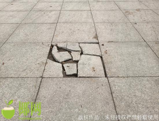 海口一街心公园对外开放不到一年,广场地砖已多处破损……